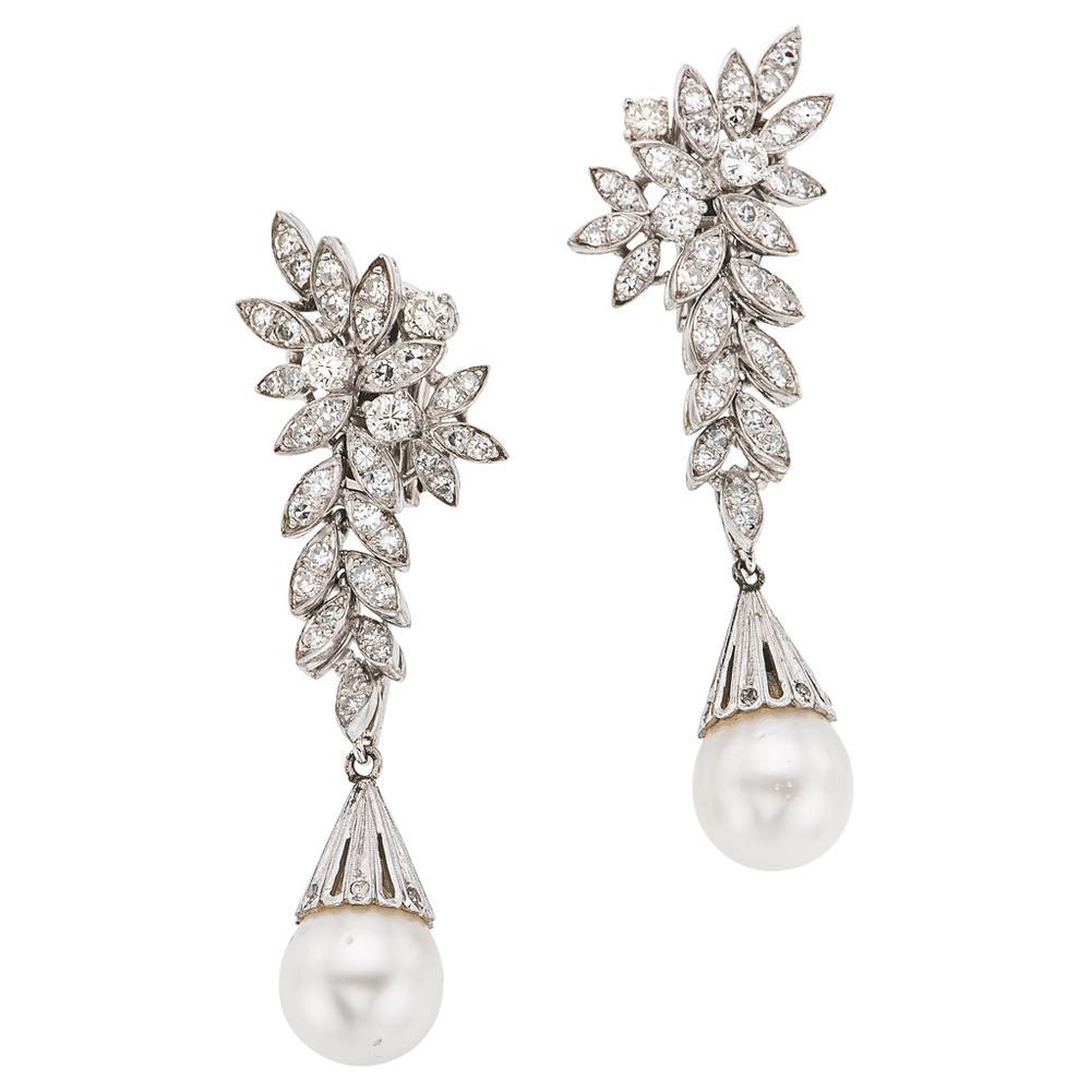 3665965150fa PAR DE ARETES CON PERLAS CULTIVADAS Y DIAMANTES EN ORO BLANCO DE 18K Con 2  Perlas cultivadas y 92 Diamantes.