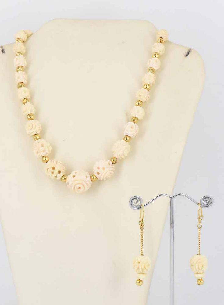 A BONE, IVORY AND 18ct YELLOW GOLD JEWELLERY SET
